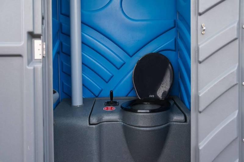 Binnenkant gereinigd luxe mobiel toilet huren