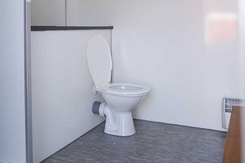 Toilet in dubbele mobiele badkamer